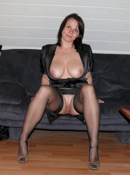 Jeune femme coquine soumise pour coquin directif