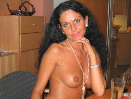 Très belle femme arabe qui est intéressée par un plan libertin
